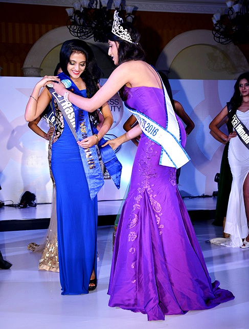 Reina Teen India Intercontinental 2016 - Raashi Kapoor - crowned by Anjali Sinha (Miss Teen Continents 2016)